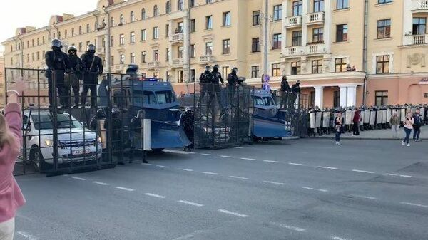 Силовики вытесняют протестующих в центре Минска
