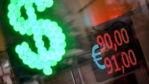 Электронное табло с курсом евро на одной из улиц в Москве