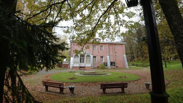 Вид на главный усадебный дом в музее - усадьбе Мураново имени Ф.И. Тютчева