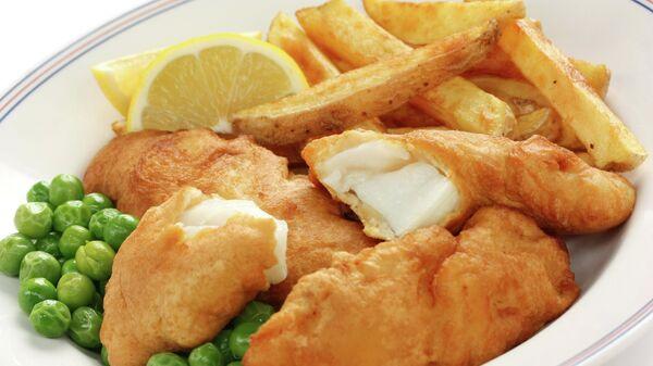 Рыба с картофелем фри и зелёным горошком