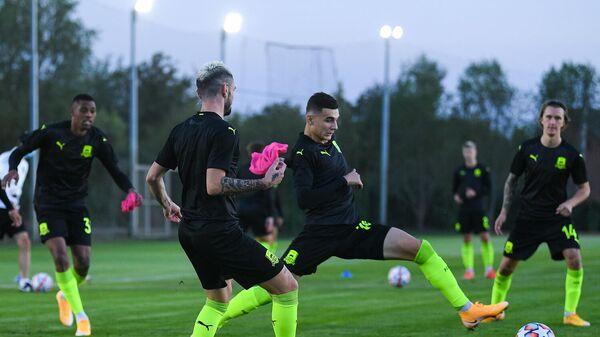 Футболисты Краснодара во время тренировки