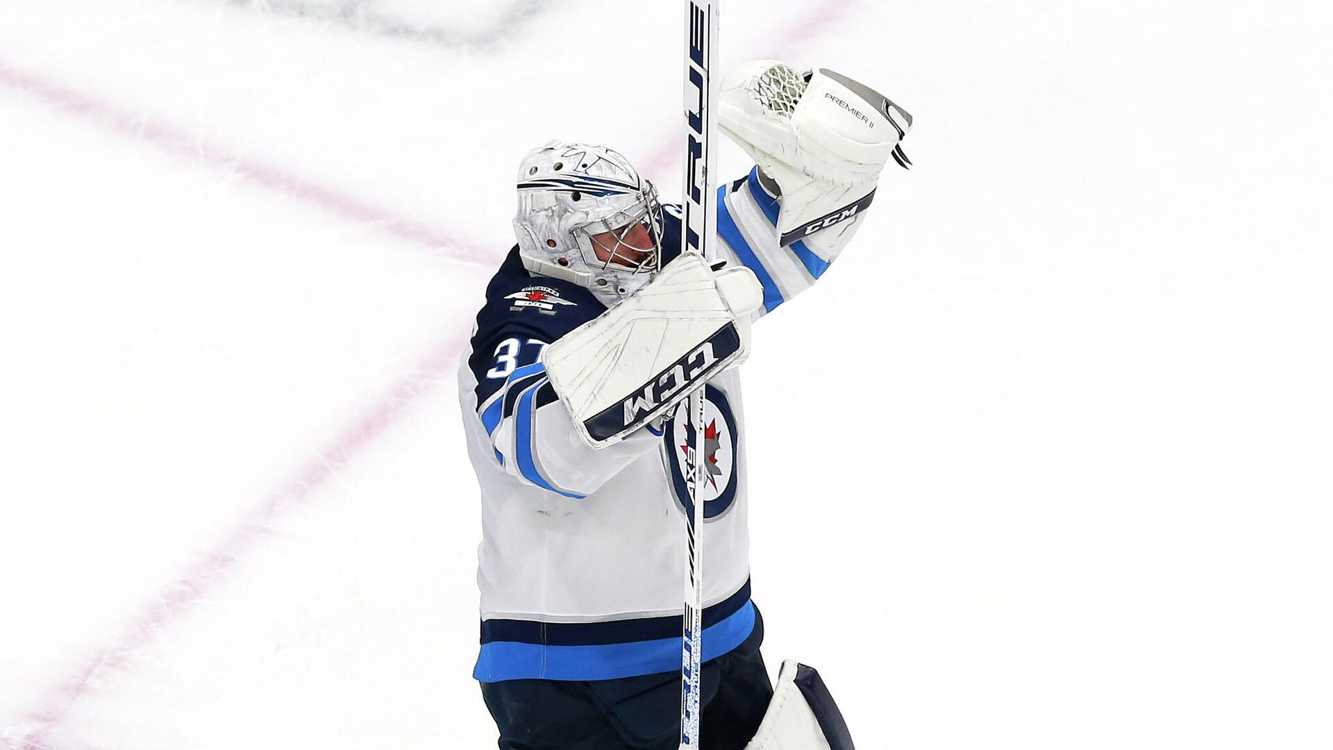 EDMONTON, ALBERTA - AUGUST 03: Connor Hellebuyck #37 of the Winnipeg Jets celebrates the win over the Calgary Flames during Game Two of the Western Conference Qualification Round prior to the 2020 NHL Stanley Cup Playoffs at Rogers Place on August 03, 2020 in Edmonton, Alberta. The Winnipeg Jets defeated the Calgary Flames 3-2.   Jeff Vinnick/Getty Images/AFP - РИА Новости, 1920, 22.09.2020