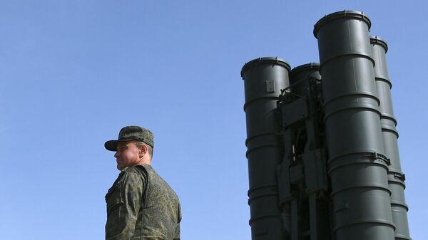 Военнослужащий у пусковой установки зенитно-ракетного комплекса С-400 Триумф