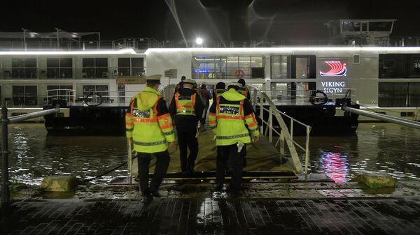 Полицейские поднимаются на борт туристического судна Viking Sigyn во время расследования аварии на реке Дунай в Будапеште, Венгрия