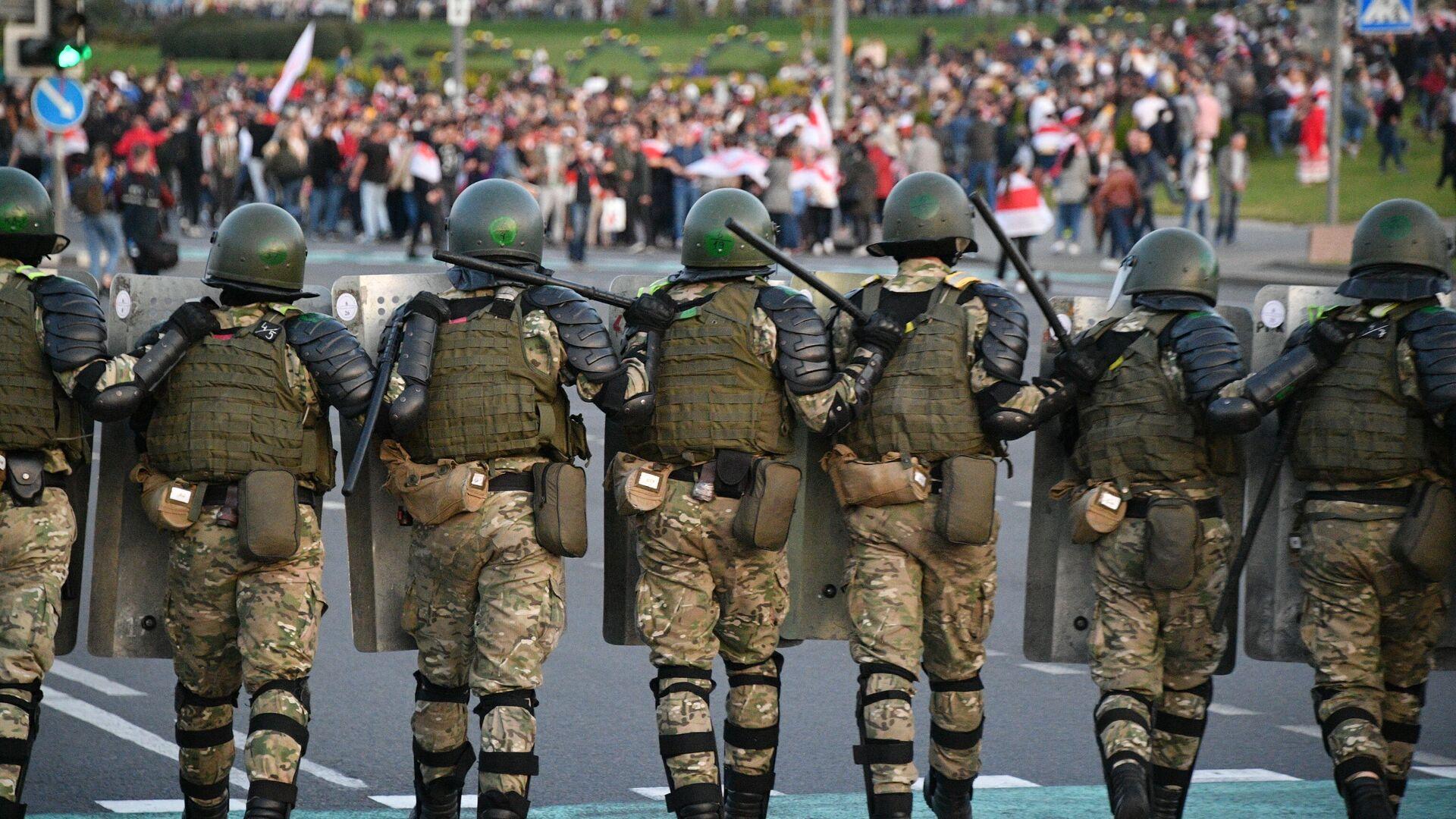 Сотрудники милиции и участники акции протеста в Минске - РИА Новости, 1920, 27.09.2020