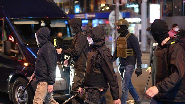 Сотрудники правоохранительных органов во время акций протеста в Минске