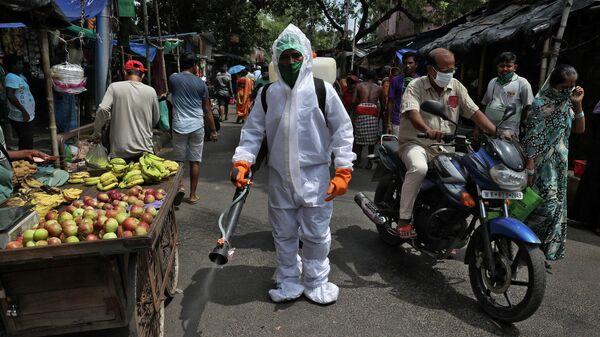 Дезинфекция улицы в Калькутте, Индия