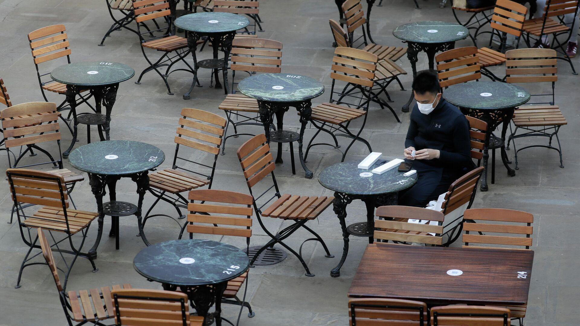 Посетитель за столиком в пустом кафе в Лондоне, Великобритания. 24 сентября 2020 - РИА Новости, 1920, 01.11.2020