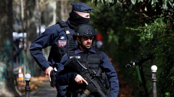 Полицейские на месте нападения у бывшего офиса французского сатирического журнала Charlie Hebdo в Париже