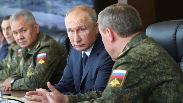 Президент РФ Владимир Путин во время посещения командно-штабных учений Кавказ-2020 на полигоне Капустин Яр