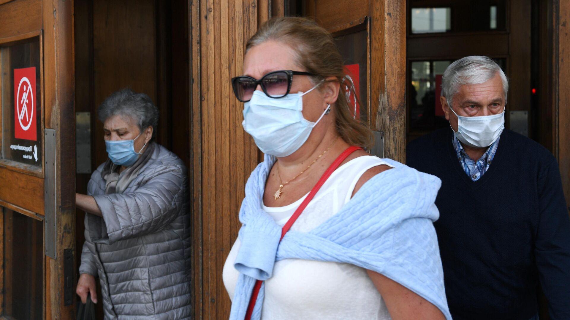 Пассажиры в медицинских масках выходят из вестибюля станции метро Парк культуры в Москве - РИА Новости, 1920, 12.06.2021