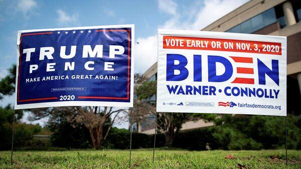 Плакаты в поддержку президента США Дональда Трампа и кандидата в президенты от Демократической партии США Джо Байдена