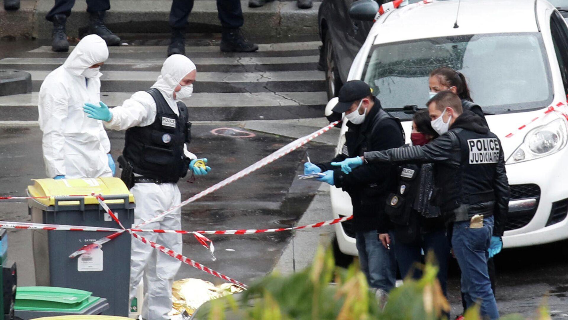 Спецслужбы на месте нападения у бывшего офиса французского сатирического журнала Charlie Hebdo в Париже - РИА Новости, 1920, 25.09.2020