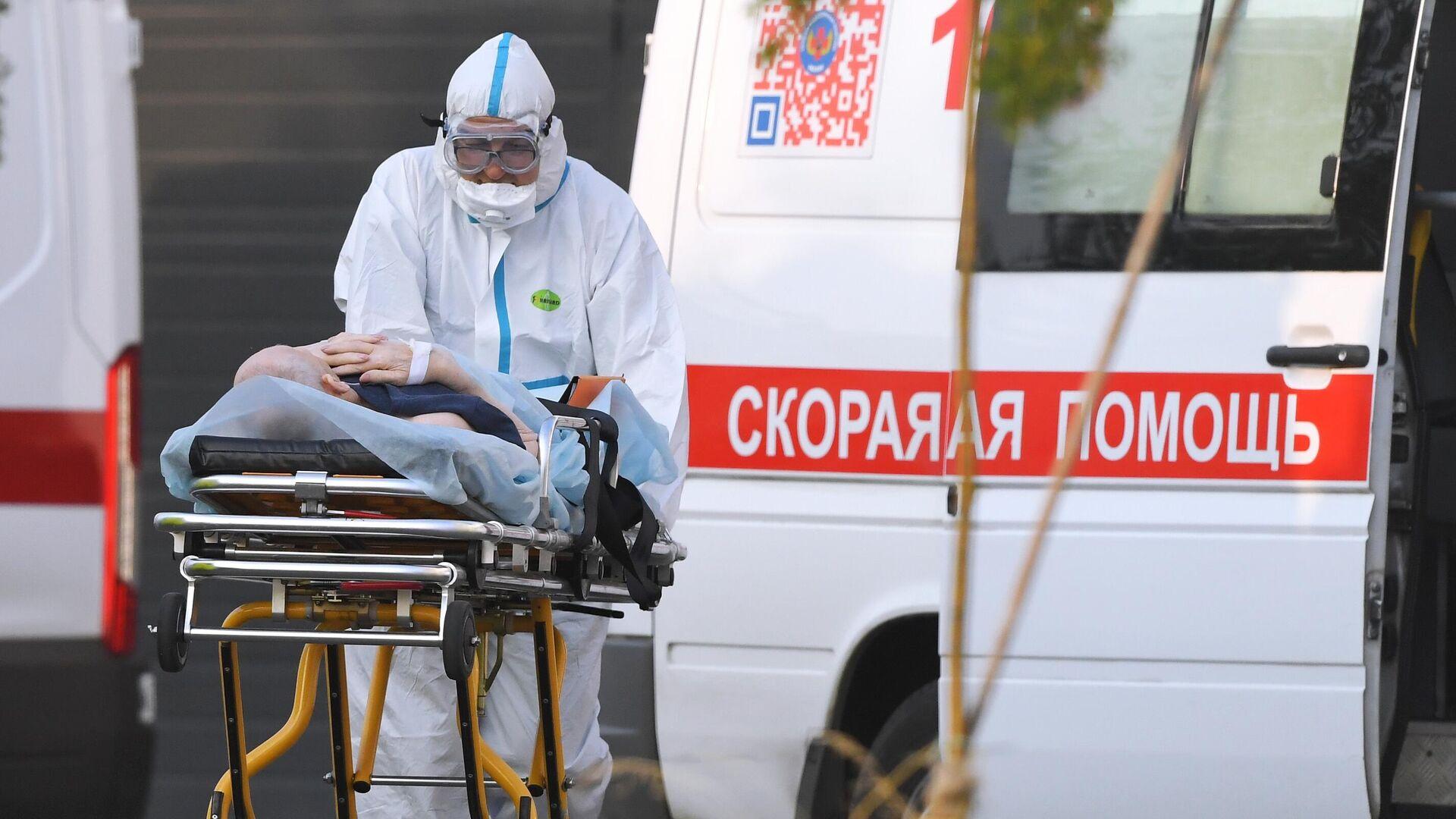 Бригада скорой медицинской помощи доставила пациента в карантинный центр в Коммунарке - РИА Новости, 1920, 20.06.2021