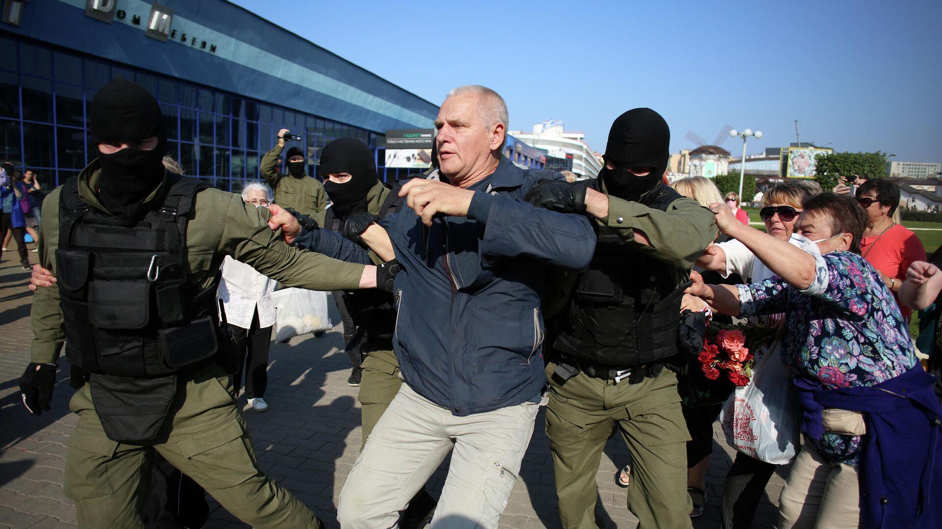 Сотрудники правоохранительных органов задерживают мужчину у во время митинга оппозиции в Минске - РИА Новости, 1920, 26.09.2020