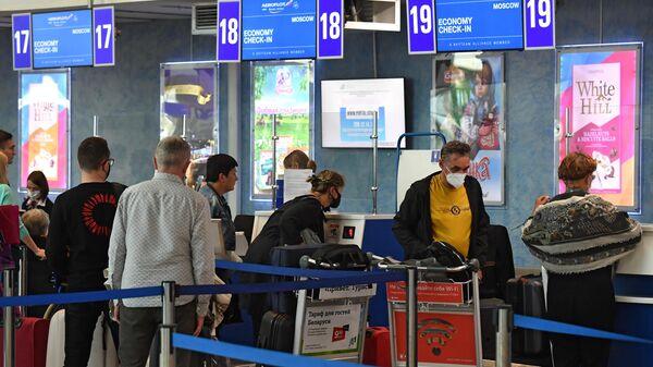 Пассажиры у стойки регистрации в национальном аэропорту Минск