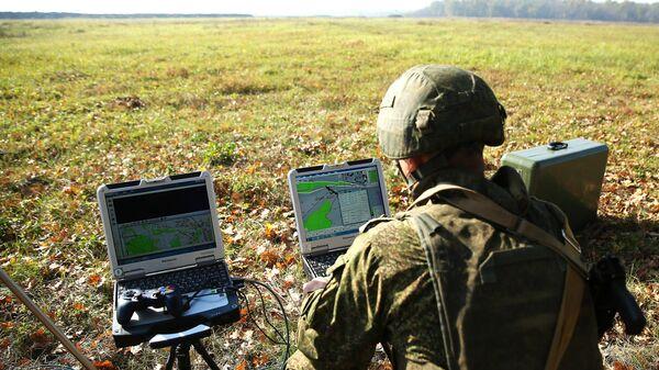 Военнослужащий подготавливает к запуску беспилотный летательный аппарат