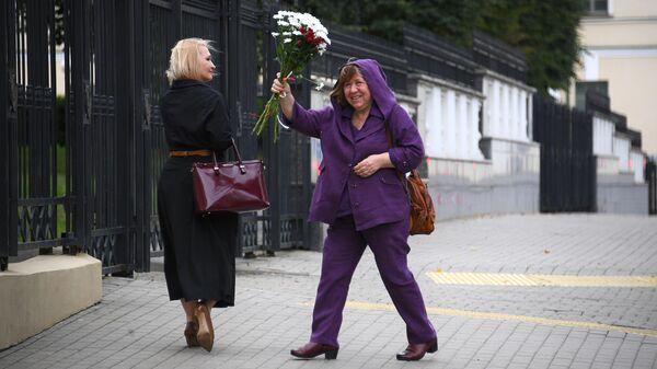 Светлана Алексиевич у здания Следственного комитета в Минске