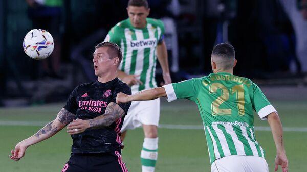 Полузащитник Реала Тони Кроос в матче Примеры против Бетиса