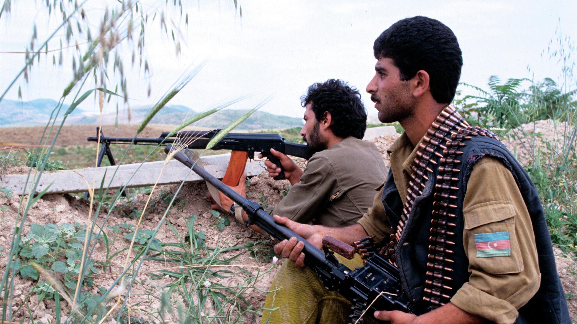 Нагорный Карабах. Азербайджанские бойцы на боевых позициях. Июль, 1992 год - РИА Новости, 1920, 28.09.2020