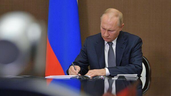 Президент РФ Владимир Путин во время проведения в режиме видеоконференции расширенного заседания президиума Государственного совета