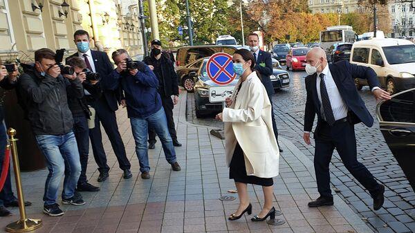 Лидер белорусской оппозиции Светлана Цихановская прибыла на встречу с президентом Франции Эммануэлем Макроном в Вильнюсе, Литва