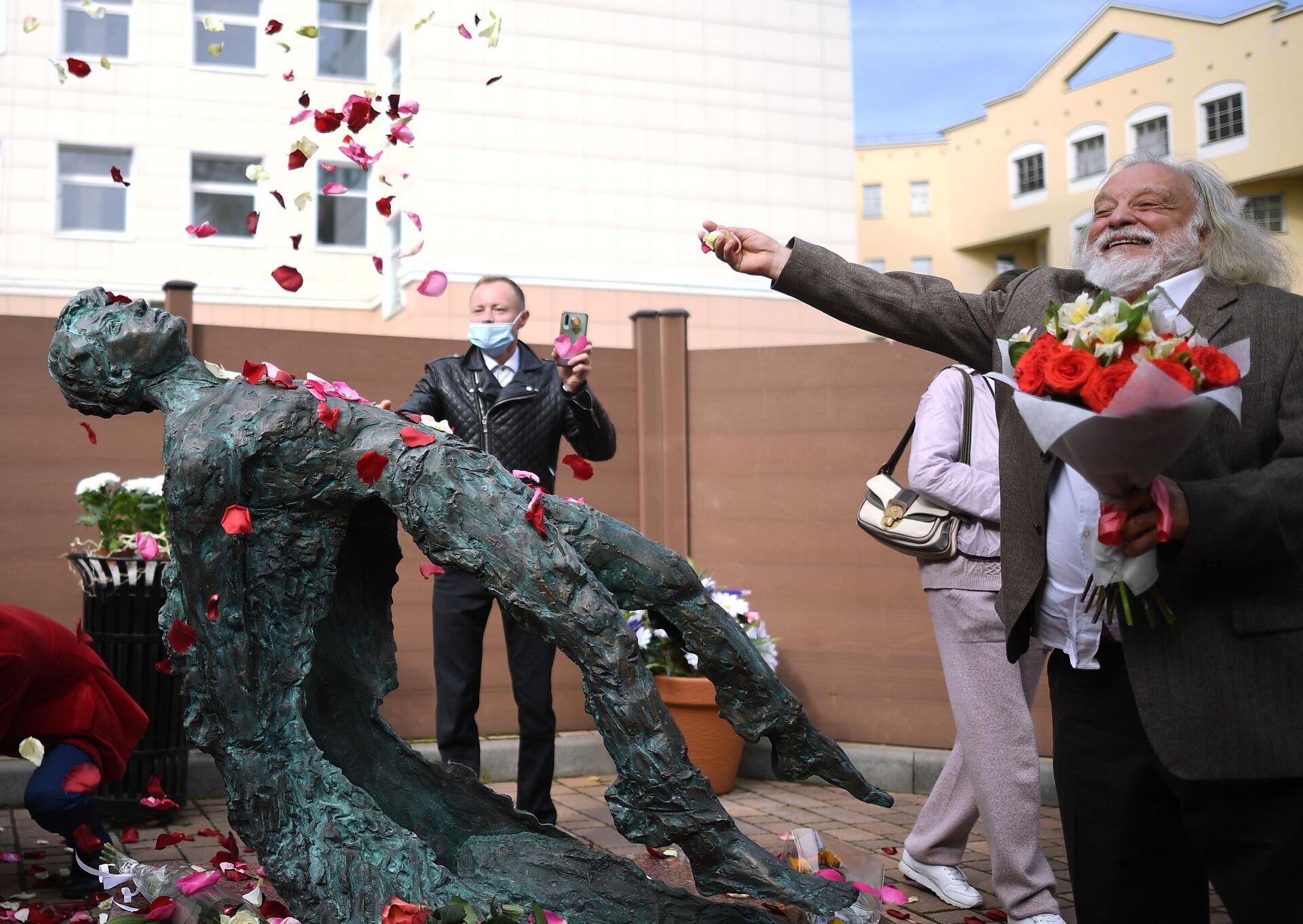 1577947577 0:0:2886:2048 1920x0 80 0 0 8239aff15a1f067a842a9a76f70c5e19 - В Москве открыли памятник Сергею Есенину к 125-летию поэта