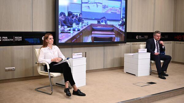 Руководитель новостной службы на иностранных языках Международного информационного агентства и радио Sputnik Виктория Поликарпова во время онлайн-лекции просветительского проекта SputnikPro для сотрудников ведомства и представителей камбоджийских СМИ
