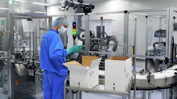 Сотрудник на производственной линии российской биотехнологической компании BIOCAD, которая разрабатывает вакцину против нового коронавируса в сотрудничестве с национальным центром Вектор