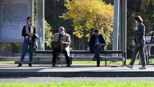 Люди на автобусной остановке на Ленинском проспекте в Москве