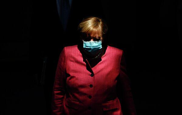 Канцлер Германии Ангела Меркель в защитной маске на заседании в Бундестаге