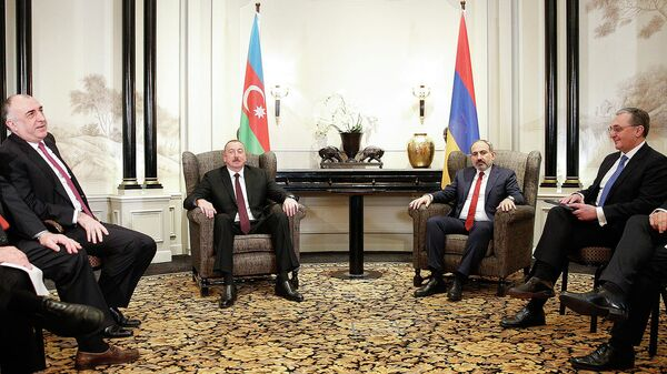 Президент Азербайджана Ильхам Алиев и премьер-министр Армении Никол Пашинян во время встречи по вопросам урегулирования Карабахского конфликта в Вене. 29 марта 2019