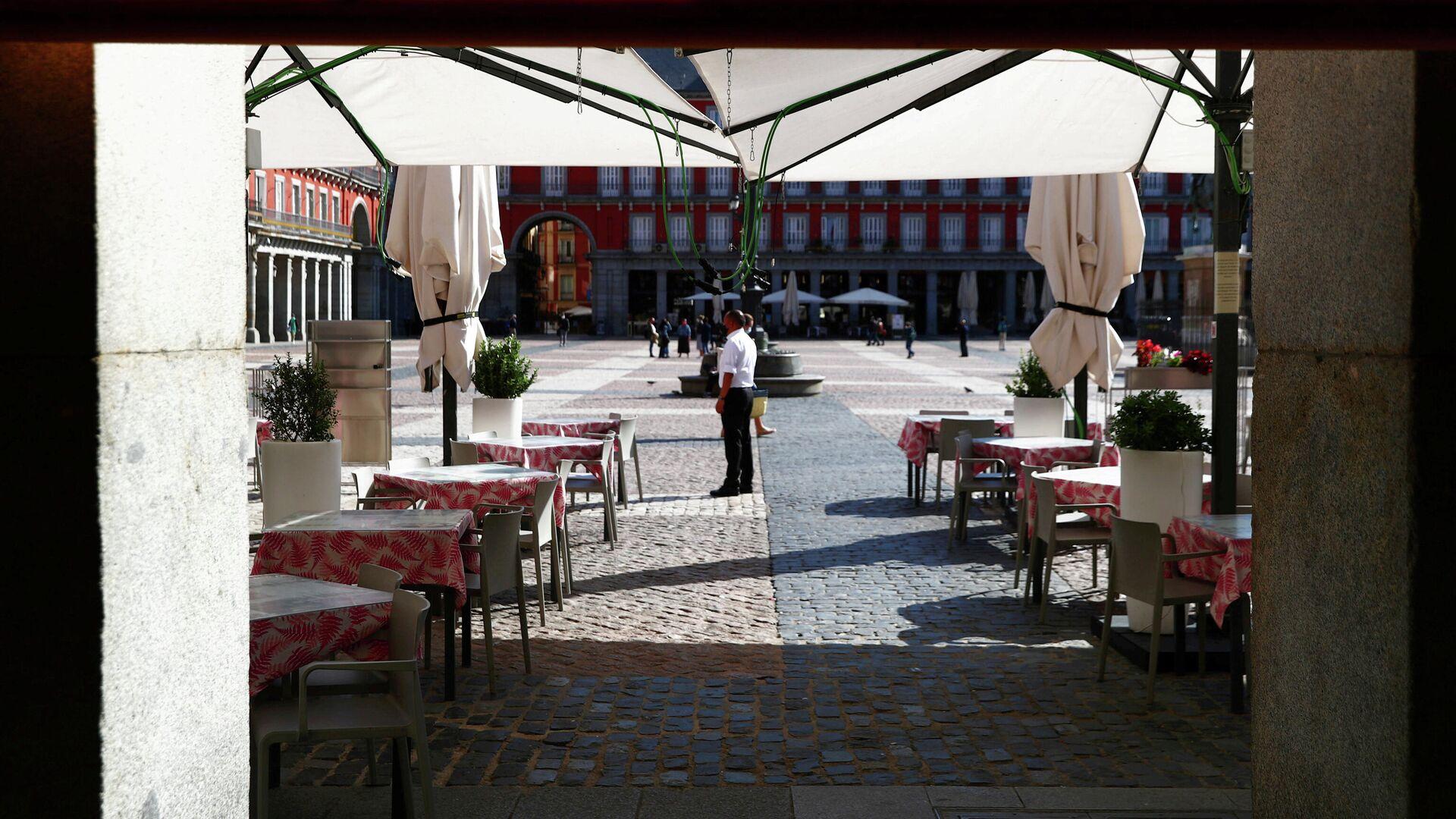 Официант в защитной маске у ресторана на площади Пласа-Майор  в Мадриде - РИА Новости, 1920, 07.10.2020