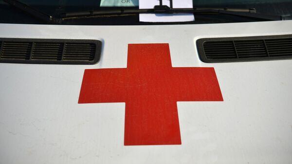Красный крест на автомобиле скорой медицинской помощи в Свердловской области