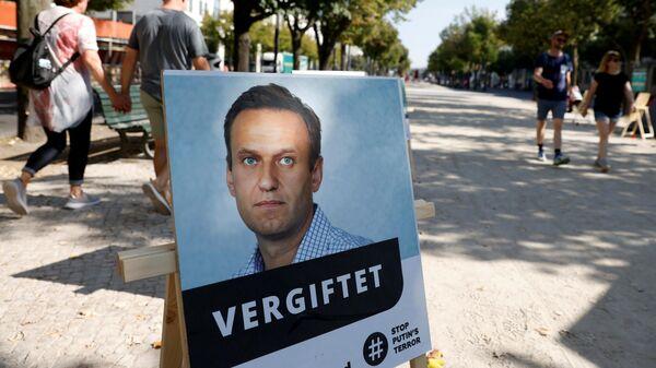 Портрет Алексея Навального с подписью отравлен у здания посольства Российской Федерации в Берлине