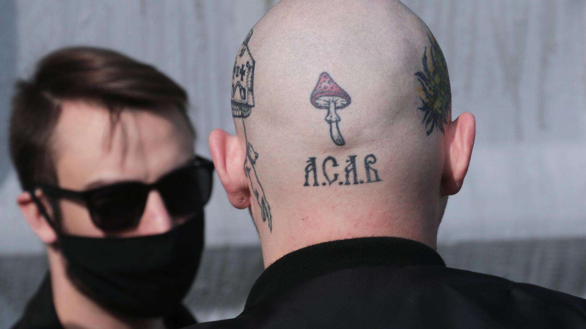 Татуировки на голове мужчины, пришедшего на церемонию прощания с националистом Максимом Марцинкевичем  - РИА Новости, 1920, 05.07.2021