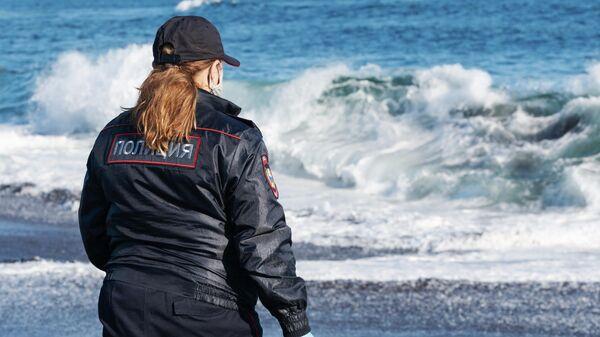 Сотрудник УМВД Камчатского края берет пробы воды в Тихом океане