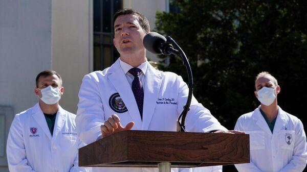 Доктор Шон Конли, врач президента Дональда Трампа, во время брифинга в Национальном военно-медицинском центре Уолтера Рида