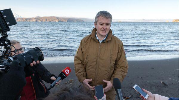 Губернатор Камчатского края Владимир Солодов во время интервью в рамках рейда по берегу Авачинской губы