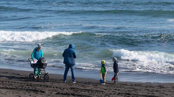 Семья отдыхает на Халактырском пляже Тихоокеанского побережья полуострова Камчатка