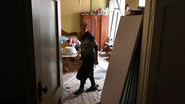 Жительница дома, разрушенного в результате обстрела города Гянджа