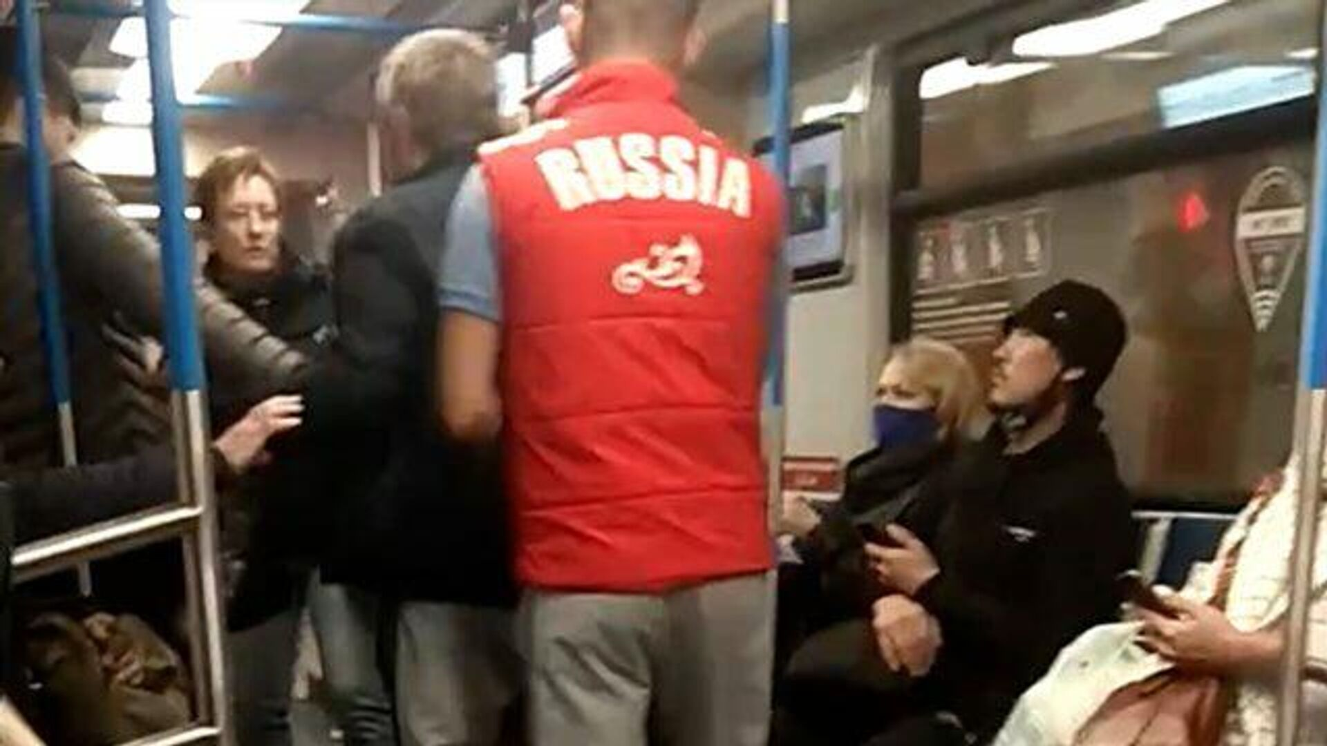 Мужчина набросился на женщину в метро из-за кашля  - РИА Новости, 1920, 05.10.2020