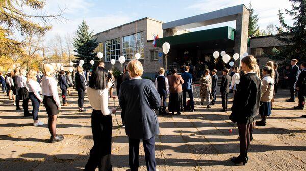 На торжественной линейке у здания средней школы №7 имени Антона Злобина в Великих Луках