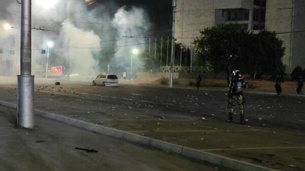 Милиция разгоняет митингующих в Бишкеке. Стоп-кадр прямого эфира