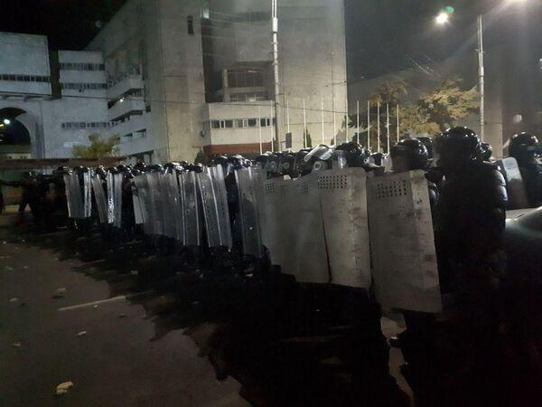 Милиция разгоняет митингующих в Бишкеке
