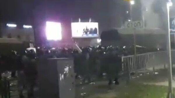 Протестующие бросили коктейль Молотова в силовиков в Бишкеке