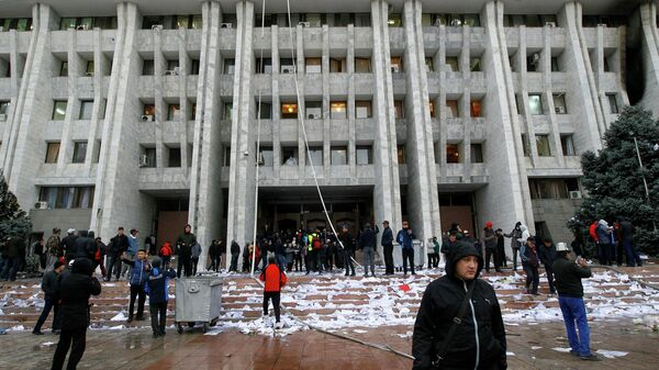 Протестующие возле здания правительства в Бишкеке