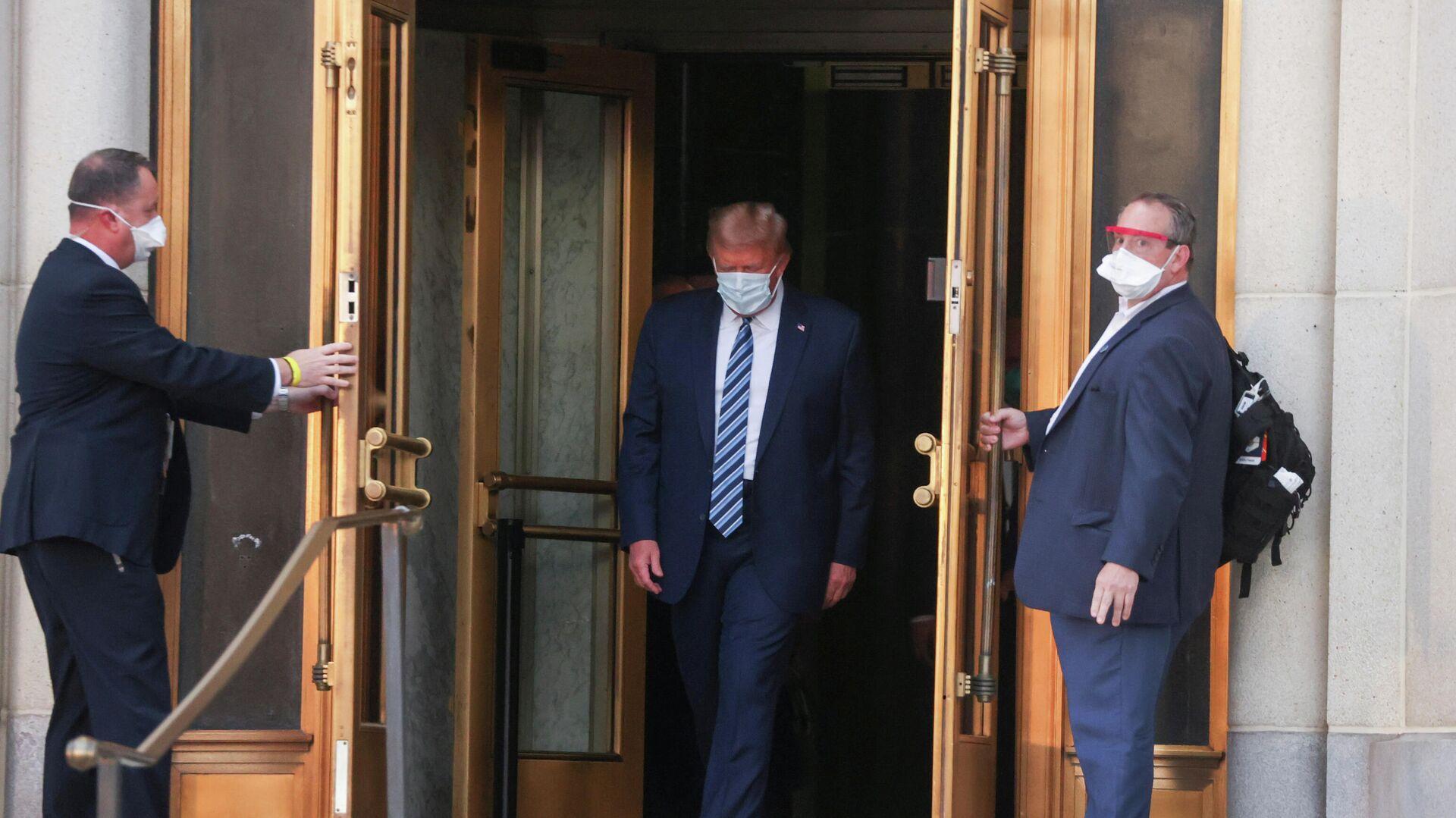 Президент США Дональд Трамп покидает Национальный военно-медицинский центр Уолтера Рида после лечения от коронавирусной болезни - РИА Новости, 1920, 10.10.2020