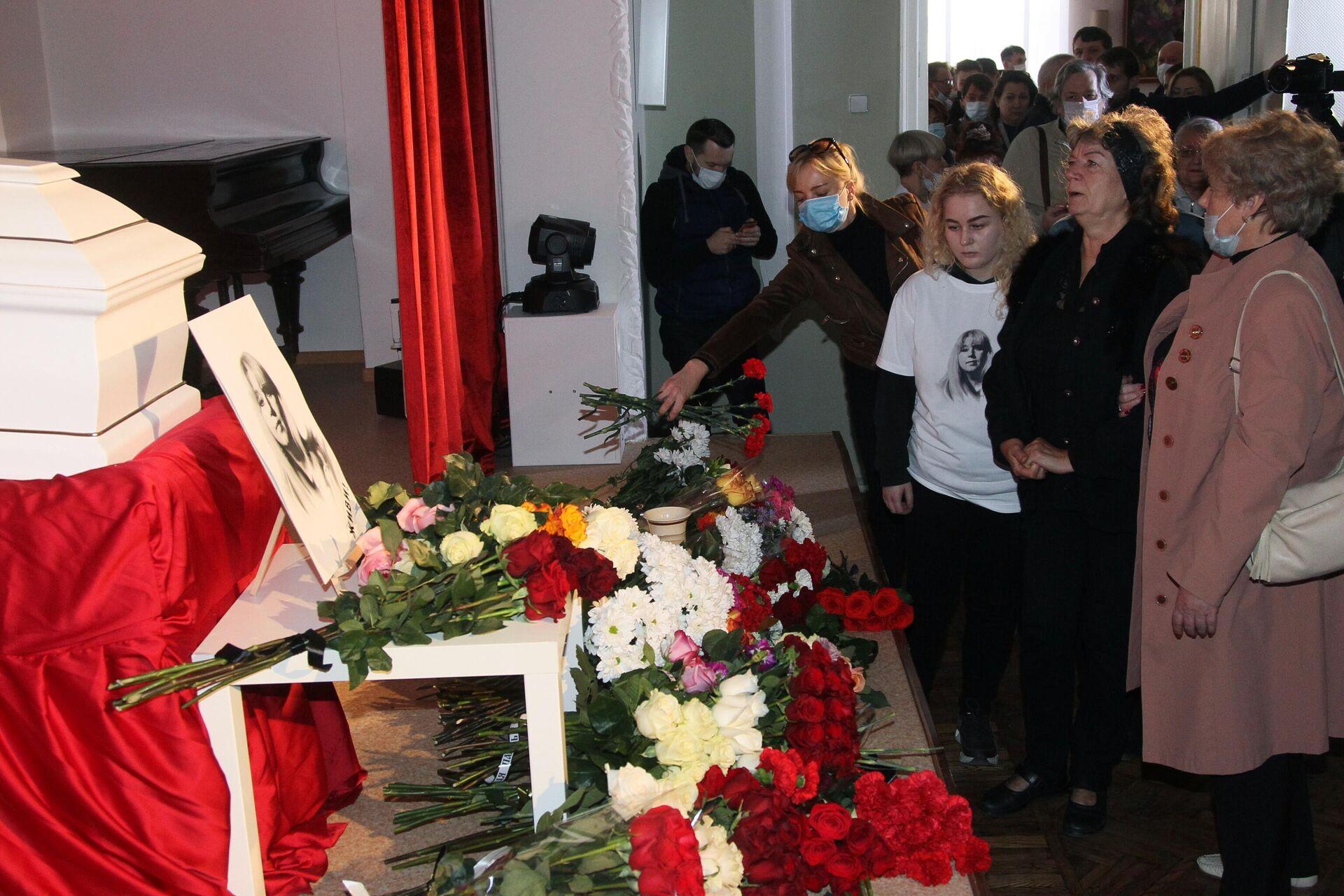 Церемония прощания с журналисткой Ириной Славиной в Доме ученых в Нижнем Новгороде - РИА Новости, 1920, 06.10.2020