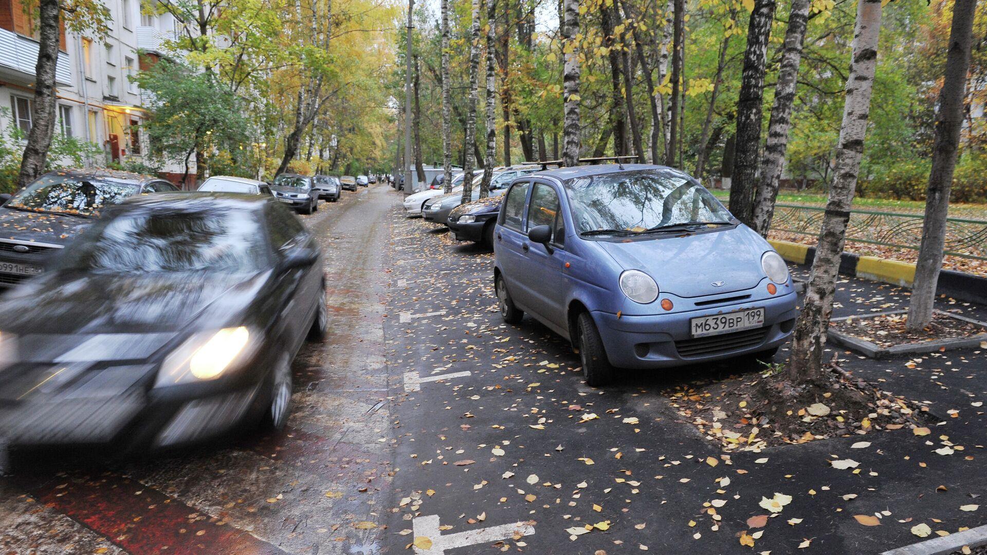 Автомобильная парковка в одном из московских дворов - РИА Новости, 1920, 06.10.2020